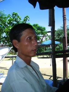 Ông Võ Văn Thành (ảnh do ông Võ Văn Thành cung cấp, vì ông không muốn nhìn thấy mình lúc lem luốc)