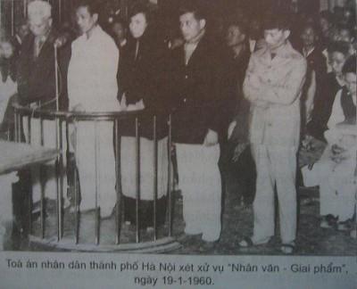 Phiên tòa ngày 19/1/1906 tại TAND Hà Nội. Từ trái sang phải: Lê Nguyên Chí, Phan Tại, Lưu Thị Yến (Thụy An), Trần Thiếu Bảo (Minh Đức) và Nguyễn Hữu Đang